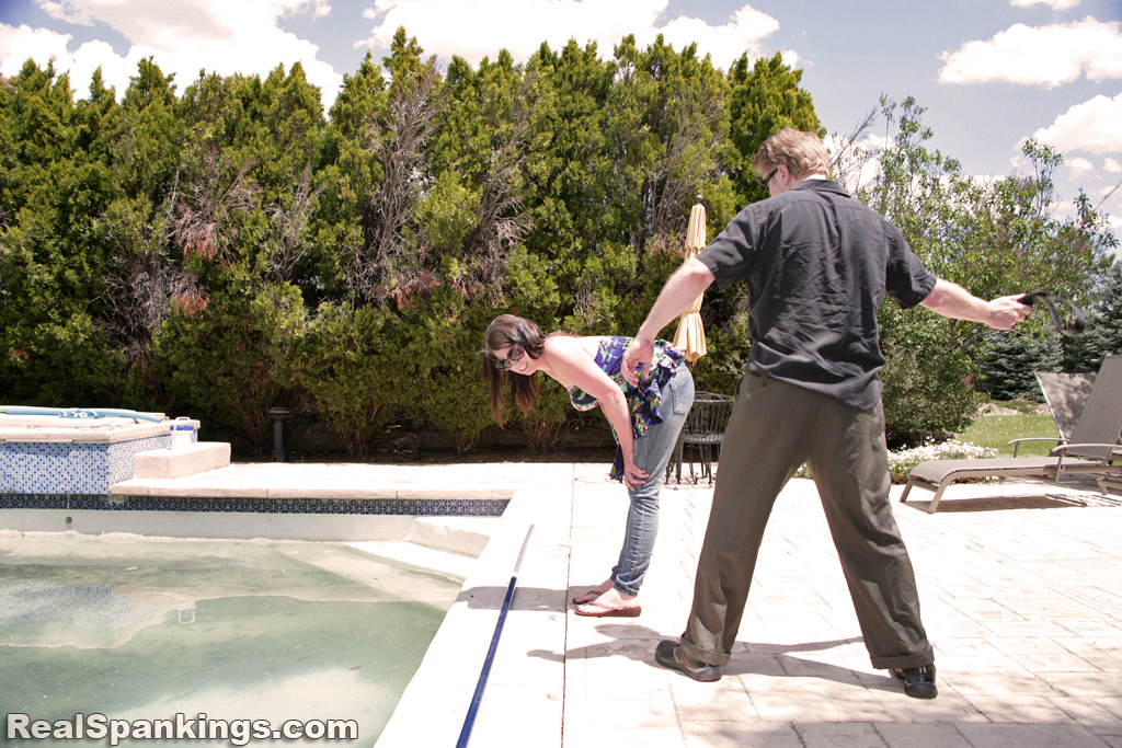Real Strappings – RM/HD – Lauren: Strapped by the Pool | January 09, 2019